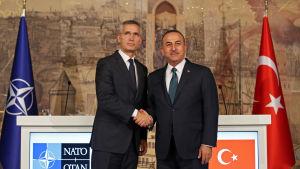 Turkiets utrikesminister Mevlut Cavusoglu och natos generalsekreterare Jens Stoltenberg