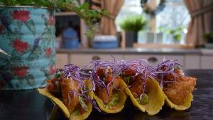 Fyra portioner med hemgjorda tortillas och friterad inhemsk fisk i ett kök