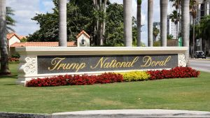 Infarten till Trumps golfklubb Trump National Doral i Miami, Florida på en arkivbild från april 2018.