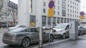 Elbilar parkerade på Runebergsgatan i Helsingfors den 8  december 2018.