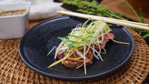 En portion med tataki med ponzu i ett kök