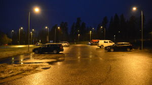 Parkeringsplats i regnigt höstväder.