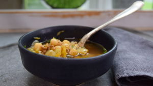 Portion med vitkålssoppa med fläskfärs och gula ärtor