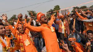 Medlemmar av den hindunationalistiska organisationen Vishwa Hindu Parishad hade samlats för att invänta högsta domstolens beslut i New Delhi.
