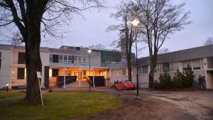 Presenningar täcker taket på hvc i Hangö.