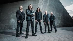 Stratovarius-yhtyeen viisi miesjäsentä yhteiskuvassa.