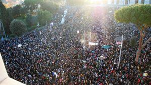 Tusentals personer på ett torg.