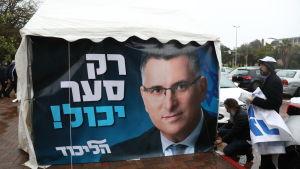 Gideon Saars valaffich var på väg att lossna från sin ställning i Tel Aviv i vinterstormen.