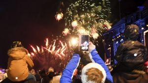 Nyåret firas på medborgartorget i Helsingfors.