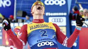 Alexander Bolsjunov jublar med hänerna i luften.