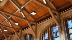 Präktiga takbjälkar i gymnastiksalens tak.