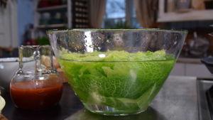 Kaalinlehtiä kylmässä vedessä lasisessa kulhossa
