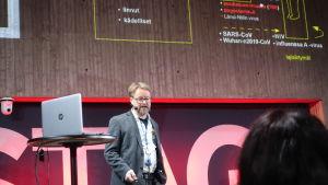 Professor Olli Vapalahti föreläser om virus som smittar från djur till människa.