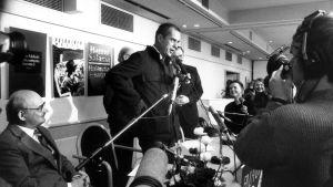 Jörn Donner talar framför pressen efter att ha fått Finlandiapriset år 1986.