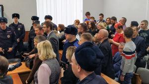 Aktivister och anhöriga samlades i rättssalen i  staden Penz, då domarna kungjordes.