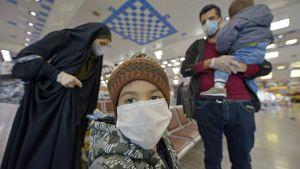 Irakiska passagerare på flygplatsen i Najaf i återvänder från Iran 5.3.2020.