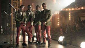Neljän mustan miehen lauluyhtye lavalla 1960-luvun puvuissa. Kuva elokuvasta Detroit