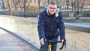 Oscar Sigfrids sitter på sin gula cykel.