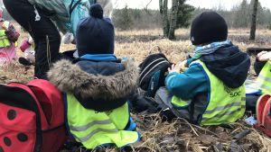 barn sitter på piknik i skogen