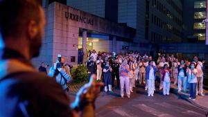 Sjukhuspersonal reagerar på ett tacksamhets- och hyllningsevenemang i Ourense 22.3.2020