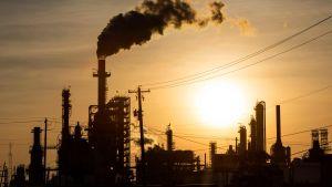 Solnedgång över oljeraffinaderiet Lyondell Basell-Houston i Texas