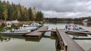 En brygga och några motorbåtar.