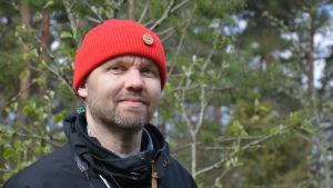 Naturskollärare Jonas Heikkilä från Åbolands naturskola, en man med röd mössa och skäggstubb.