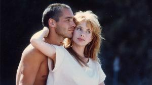 Närbild på Jacques (Jean-Marc Barr) och Johana (Rosanna Arquette) håller om varandra.