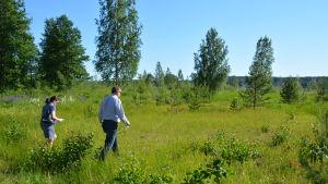 Niina Okkonen går på en gräsplätt. Solen skiner och det är grönt.
