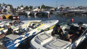 Folk på båtar i östra hamnen lördag 8 augusti  18-tiden, i bakgrunden Poker run bryggan