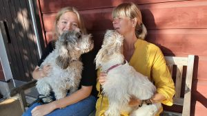Elin Stråhlmann med mamma Ulrica och hundarna Jerry och Molly.
