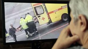 Videobilder av hur den medvetslösa Navalnyj tas till sjukhuset i Omsk med en ambulans, har spridits över hela Ryssland via sociala medier.