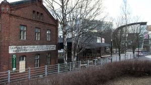 VR:s gamla tegelmagasin mitt emot Riksdagshuset innan de brann ner 2006.