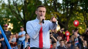 Aleksei Navalnyi puhumassa mielenosoituksessa.