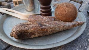 Cassava på en bricka i ett kök