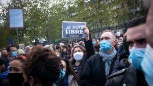 """""""Jag är fri"""" står det på plakatet. Demonstration på Place de la Republique till minne av läraren Samuel Paty som mördades 16.10.2020"""