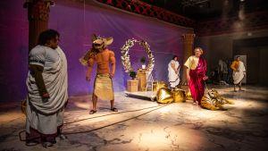 På bilden syns skådespelarna i uppsättningen av Julius Caesar.