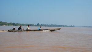 Enkla men snabba motordrivna kanoter är de vanligaste fortskaffningsmedlen på Mekong.