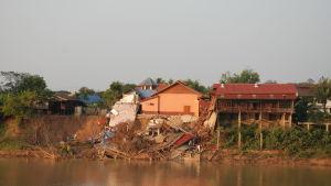 På många platser lider flodbankarna av erosion. Invånarna är tvungna att lämna sina hem som löper risk för att rasa ned i floden.