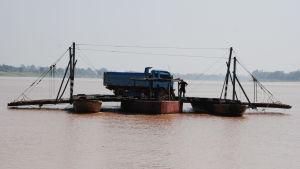 Bara en handfull broar har konstruerats över Mekong. För det mesta är invånarna tvungna att anlita primitiva pråmar för att få fordon transporterade från en strand till en annan.