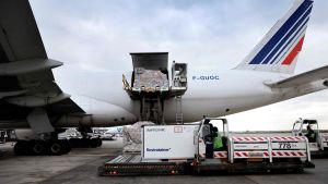 Här lastas ett Air France-plan med läkemedel i Paris. Air France förbereder sig på att transportera covid-19-vaccin.