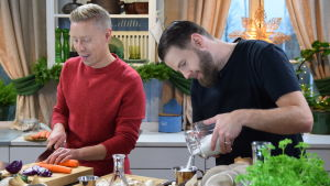 Juontaja Nicke Aldén ja sieniviljelijä Robin Libäck tekevät ruokaa Strömsön keittiössä.