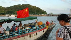 En hustru har sagt adjö till sin man som är på väg ut på Sydkinesiska havet. Trålaren lämnar hamnen Zhuhai på Kinas sydkust och styr kosan mot de omstridda Spratlyöarna.