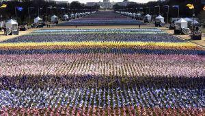 Ett hav av flaggor har placerats ut inför presidentinstallationen 20.1.2021
