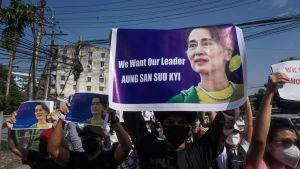 Demonstranterna kräver att Aung San Suu Kyi att friges genast.