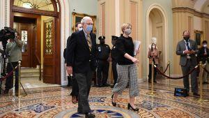 Senatens minoritetsledare, republikanen Mitch McConnell promenerar till sitt kontor i senaten på den sista dagen av riksrättsrättegången mot Donald Trump.