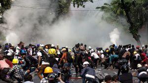 Polisen riktar tårgas mot demonstranter i Mandalay, Myanmar