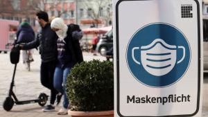 Ett plakat informerar om att det är obligatoriskt att använda munskydd i centrum av den tyska staden Erlangen