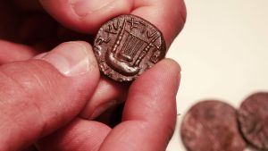 Mynt hittade i en grotta på Västbanken