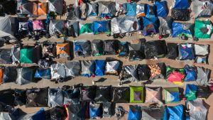Foto över ett migrantläger utanför El Chapparal i Tijuana, Baja i Kalifornien.